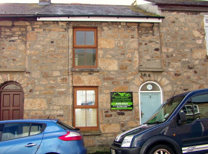 House, Holiday Home, 2 bedroom Property for sale in Penzance, Cornwall for £142,000, view photo 2.