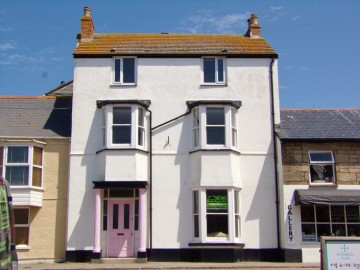 House sold in Penzance: In the Pink, West End, Marazion, Penzance, Cornwall.  TR17 0EL, £500,000