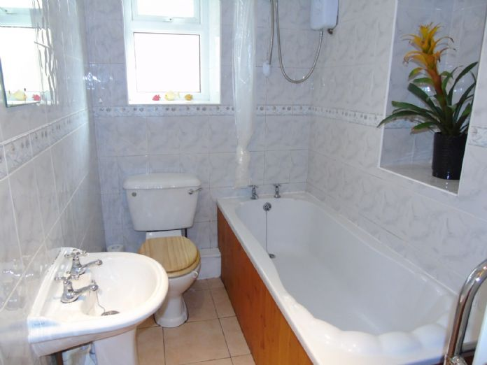 Flat, 2 bedroom Property for sale in Penzance, Cornwall for £145,000, view photo 12.