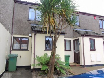 House sold in Hayle: Arundel Court, Connor Downs, Hayle, Cornwall.  TR27 5EH, £140,000