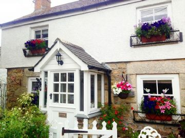 Semi Detached House for sale in Goldsithney: Goldsithney, Penzance, Cornwall TR20 9LG, £240,000
